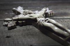Όμορφος παλαιός σταυρός με τον Ιησού στο παλαιό ξύλινο πάτωμα Στοκ Εικόνα