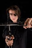 Όμορφος πειρατής με το μάτι-μπάλωμα που διασχίζει τα πυροβόλα όπλα Στοκ Φωτογραφίες