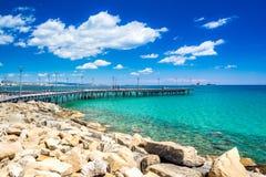 Όμορφος περίπατος θάλασσας με τους φοίνικες, τα γλυπτά και τις λίμνες στη Λεμεσό, Κύπρος στοκ φωτογραφία με δικαίωμα ελεύθερης χρήσης