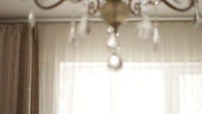 Όμορφος πολυέλαιος στο δωμάτιο της ένωσης σπιτιών απόθεμα βίντεο