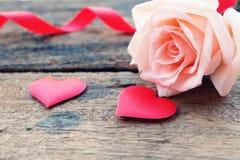 Όμορφος πορτοκαλής-ρόδινος αυξήθηκε και βαθιά - κόκκινη καρδιά σατέν για Valentine& x27 σκηνικό του s στοκ φωτογραφίες