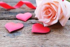 Όμορφος πορτοκαλής-ρόδινος αυξήθηκε και βαθιά - κόκκινη καρδιά σατέν για Valentine& x27 σκηνικό του s στοκ φωτογραφία με δικαίωμα ελεύθερης χρήσης