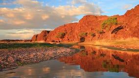 Όμορφος ποταμός βουνών στο φαράγγι στο ηλιοβασίλεμα απόθεμα βίντεο