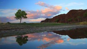 Όμορφος ποταμός βουνών στο φαράγγι στο ηλιοβασίλεμα φιλμ μικρού μήκους