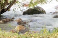 όμορφος ποταμός βουνών Στοκ Εικόνες