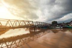 Όμορφος ποταμός και παραδοσιακή βάρκα στοκ φωτογραφία με δικαίωμα ελεύθερης χρήσης