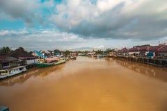 Όμορφος ποταμός και παραδοσιακή βάρκα στοκ φωτογραφίες με δικαίωμα ελεύθερης χρήσης