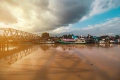 Όμορφος ποταμός και παραδοσιακή βάρκα στοκ εικόνα με δικαίωμα ελεύθερης χρήσης