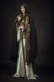 Όμορφος πολεμιστής κοριτσιών στα μεσαιωνικά ενδύματα Στοκ Φωτογραφίες
