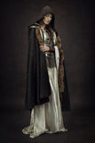 Όμορφος πολεμιστής κοριτσιών στα μεσαιωνικά ενδύματα Στοκ Εικόνες