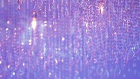 Όμορφος πολυέλαιος με το ρόδινο και πορφυρό φως απόθεμα βίντεο