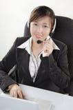 Όμορφος πράκτορας εξυπηρέτησης πελατών στο τηλεφωνικό κέντρο Στοκ Εικόνες