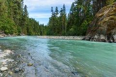 Όμορφος πράσινος ποταμός υψηλών βουνών στην επαρχιακή Βρετανική Κολομβία Καναδάς πάρκων πτώσεων Nairn Στοκ Φωτογραφία