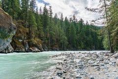 Όμορφος πράσινος ποταμός υψηλών βουνών στην επαρχιακή Βρετανική Κολομβία Καναδάς πάρκων πτώσεων Nairn Στοκ εικόνα με δικαίωμα ελεύθερης χρήσης