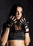 όμορφος προκλητικός θηλυκός μαχητής μπόξερ ή mma που φορά τα μαύρα γάντια σε ένα σκοτεινό υπόβαθρο Στοκ εικόνα με δικαίωμα ελεύθερης χρήσης