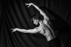 Όμορφος προκλητικός μυϊκός γυμνός χορός ατόμων γυμνός Στοκ Φωτογραφία