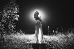 Όμορφος προκλητικός ξανθός άσπρος κορσές και μαύρη φούστα Στοκ εικόνα με δικαίωμα ελεύθερης χρήσης