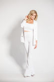 Όμορφος προκλητικός ξανθός σε μια άσπρη τοποθέτηση κοστουμιών στο άσπρο υπόβαθρο Στοκ φωτογραφία με δικαίωμα ελεύθερης χρήσης