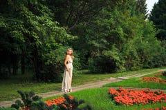 Όμορφος προκλητικός περίπατος γυναικών στο πάρκο Στοκ Εικόνες