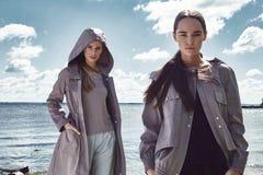 Όμορφος προκλητικός περίπατος γυναικών δύο στην ένδυση νερού παραλιών Στοκ Εικόνες