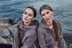 Όμορφος προκλητικός περίπατος γυναικών δύο στην ένδυση νερού παραλιών Στοκ εικόνα με δικαίωμα ελεύθερης χρήσης
