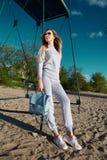 Όμορφος προκλητικός περίπατος γυναικών knitwear ένδυσης παραλιών άμμων Στοκ εικόνα με δικαίωμα ελεύθερης χρήσης