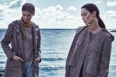 Όμορφος προκλητικός περίπατος γυναικών Wo στην ένδυση νερού παραλιών Στοκ φωτογραφία με δικαίωμα ελεύθερης χρήσης