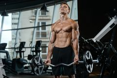 Όμορφος πρότυπος νεαρός άνδρας που επιλύει στη γυμναστική Στοκ φωτογραφία με δικαίωμα ελεύθερης χρήσης