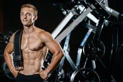 Όμορφος πρότυπος νεαρός άνδρας που επιλύει στη γυμναστική Στοκ εικόνα με δικαίωμα ελεύθερης χρήσης