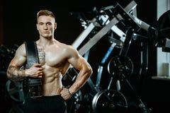 Όμορφος πρότυπος νεαρός άνδρας που επιλύει στη γυμναστική Στοκ φωτογραφίες με δικαίωμα ελεύθερης χρήσης