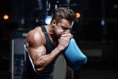 Όμορφος πρότυπος νεαρός άνδρας workout στη γυμναστική Στοκ Φωτογραφίες