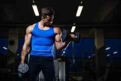 Όμορφος πρότυπος νεαρός άνδρας workout στη γυμναστική Στοκ Εικόνα