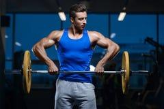 Όμορφος πρότυπος νεαρός άνδρας workout στη γυμναστική Στοκ φωτογραφία με δικαίωμα ελεύθερης χρήσης