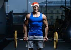 Όμορφος πρότυπος νεαρός άνδρας workout στη γυμναστική Στοκ εικόνα με δικαίωμα ελεύθερης χρήσης