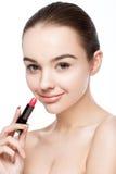 Όμορφος πρότυπος σωλήνας κραγιόν εκμετάλλευσης κοριτσιών makeup Στοκ φωτογραφίες με δικαίωμα ελεύθερης χρήσης