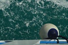 Όμορφος πυροβολισμός ενός αναγνωριστικού σήματος μιας βάρκας με το υπόβαθρο σε μια θάλασσα που διασκορπίζεται από το κανάλι Corin στοκ φωτογραφία