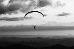 Όμορφος πυροβολισμός μιας σκιαγραφίας ανεμόπτερων που πετά πέρα από Monte Cucco Ουμβρία, Ιταλία, με το ηλιοβασίλεμα στο υπόβαθρο Στοκ φωτογραφία με δικαίωμα ελεύθερης χρήσης