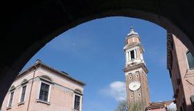 Όμορφος πύργος ρολογιών κοιλάδων ` Orologio Βενετία Torre με την αψίδα για Στοκ Εικόνες