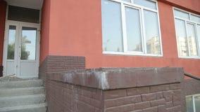 Όμορφος δρομέας που κάνει parkour Άλμα πέρα από τα σκαλοπάτια Ακροβατική φυγή απόθεμα βίντεο