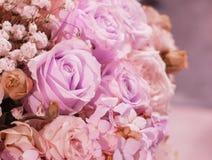 Όμορφος ρομαντικός ρόδινος αυξήθηκε σχέδιο στη μεγάλη ανθοδέσμη του βάζου λουλουδιών για εσωτερικό Des Στοκ Φωτογραφίες
