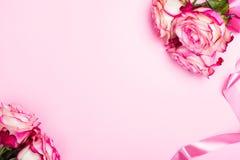Όμορφος ρόδινος αυξήθηκε, διακοσμητικές καρδιές κομφετί και ρόδινη κορδέλλα στο ρόδινο υπόβαθρο ημέρας βαλεντίνων στοκ φωτογραφίες με δικαίωμα ελεύθερης χρήσης