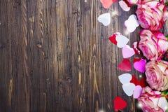 Όμορφος ρόδινος αυξήθηκε, διακοσμητικές καρδιές κομφετί στο υπόβαθρο ημέρας βαλεντίνων στοκ φωτογραφίες