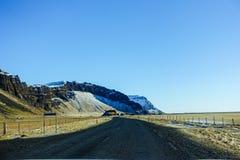 Όμορφος δρόμος με το χιονοσκεπές βουνό κατά τη διάρκεια του χειμώνα στην Ισλανδία Στοκ εικόνα με δικαίωμα ελεύθερης χρήσης