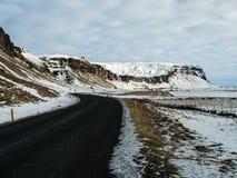 Όμορφος δρόμος με το χιονοσκεπές βουνό παράλληλα Στοκ εικόνες με δικαίωμα ελεύθερης χρήσης