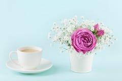 Όμορφος ρόδινος αυξήθηκε λουλούδι και gypsophilla στο βάζο και φλιτζάνι του καφέ στον τυρκουάζ εκλεκτής ποιότητας πίνακα για το ά Στοκ φωτογραφία με δικαίωμα ελεύθερης χρήσης