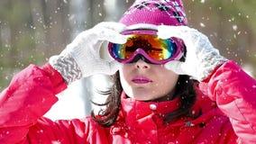 Όμορφος σκιέρ σε μια χιονοθύελλα χιονιού φιλμ μικρού μήκους