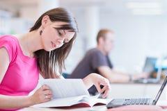 όμορφος σπουδαστής βιβλιοθηκών κολλεγίων θηλυκός Στοκ Εικόνες