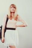 Όμορφος σπουδαστής κοριτσιών γυναικών με το σακίδιο πλάτης Στοκ φωτογραφία με δικαίωμα ελεύθερης χρήσης