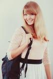 Όμορφος σπουδαστής κοριτσιών γυναικών με το σακίδιο πλάτης Στοκ Εικόνες