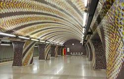 Όμορφος σταθμός μετρό με το σχέδιο μωσαϊκών στους τοίχους στη Βουδαπέστη στοκ εικόνες